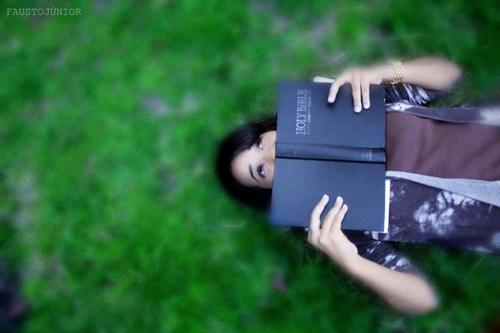 Resultado de imagem para mulher feliz tumblr biblia