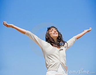 louvor donna-abbastanza-giovane-con-le-braccia-alzate-5236473